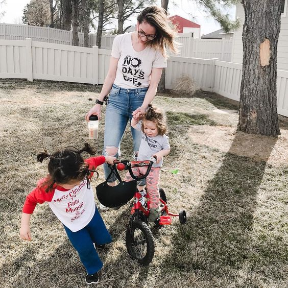 honey bee true co no days off screen printed tee american eagle distressed light wash mom jeans